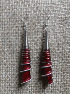 Orecchini lunghi a spirale bordeaux di Ri-Creando su DaWanda.com