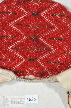 """Spebarnslue, eller """"dregilhuve"""" sydd av bomullslerret med smøygsaum av ullgarn i flere farger, rødt, grønt og svart på """"blesi"""", bakstykket og dregilen. De broderte feltene er på lin. Bakstykket har smøygsaum i kross og kringle mønster. Smøyg også på blesi, med ei kringle midt fremme. Kun håndsøm. Scandinavian, Embroidery, Rugs, Baby, Vintage, Home Decor, Farmhouse Rugs, Needlepoint, Decoration Home"""