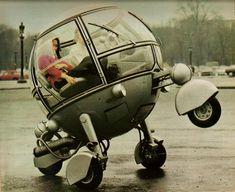 """De mens blikt graag vooruit. Want hoe vaak hebben we al niet gehoord dat we binnen 20 jaar allemaal elektrisch en autonoom rijden. """"Dit is de auto van de toekomst"""" is dan ook een veelgebruikt verkooppraatje. Zo ook in 1968 toen de Automodule van ontwerper Jean Pierre Ponthieu als promotioneel voertuig en als """"Auto van het Jaar 2000"""" door de straten van Parijs paradeerde."""