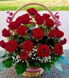 Beautiful Floral Basket Arrangement Ideas for A Fresh Dose of Colors Beautiful Rose Flowers, Beautiful Flower Arrangements, Silk Flowers, Rosen Arrangements, Floral Arrangements, Floral Centerpieces, Trees To Plant, Flower Decorations, Flower Power