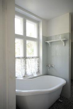 P ö m p e l i: Kylpyhuoneen salusiini. Classic bathroom toile de jouy French country Scandic style nordic style duck egg blue www.pompeli.blogspot.fi www.suunnittelutoimistokruunu.fi