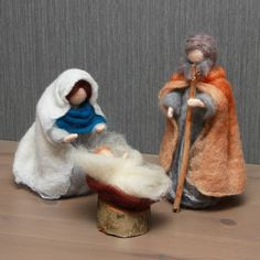 Holy family Mary, Joseph and baby Jesus. Christmas To Do List, Christmas Gifts For Kids, Felt Christmas, Christmas Decorations, Wool Needle Felting, Needle Felting Tutorials, Wet Felting, Nativity Scene Sets, Christmas Nativity Scene