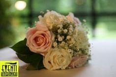 Rose bianche e rosa con gipsofila