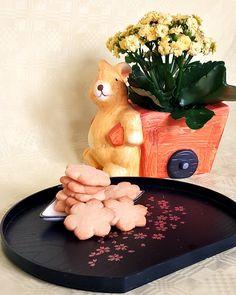 Leckere Kirschblütenkekse für dein Hanami Picknick im Park. Die Kekse schauen nicht nur wie Kirschblüten aus, sondern schmecken auch lecker nach Kirschen.