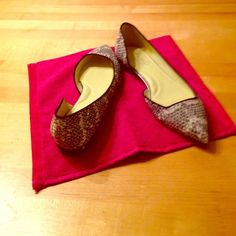 Kenneth Cole super nice flats! Soft green lining, upper and lining genuine leather. Snake skin embossed, excellent condition. Great for work or play! Kenneth Cole Shoes Flats & Loafers