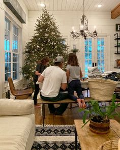In case you had any doubts, Joanna Gaines's design talents do extend to creating a breathtakingly festive holiday home. The talented designer and mother of christmas decor joanna gaines 22 Christmas Decorating Ideas to Steal From Joanna Gaines Joanna Gaines Family, Chip Und Joanna Gaines, Joanna Gaines Design, Joanna Gaines House, Joanna Gaines Decor, Joanna Gaines Farmhouse, Magnolia Joanna Gaines, Joanna Gaines Style, Chip Gaines
