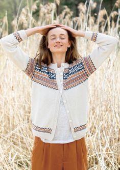 Granåsen kofta - Sandnes Tema strikket i Mini Alpakka Fair Isle Knitting, Mulberry Silk, Comfortable Outfits, Jumper, Knitting Patterns, Tunic Tops, Wool, Mini, Sweaters