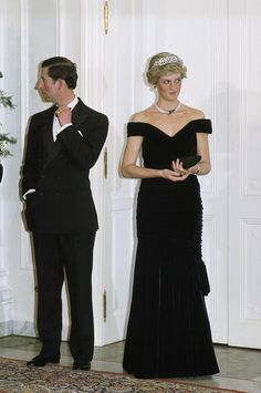 PHOTO: The Prince And Princess Of Wales in Germany, Diana wearing a dress designed by fashion designer Victor Edelstein, on Nov. Princess Diana Photos, Princess Diana Fashion, Princess Diana Family, Prince And Princess, Princess Of Wales, Lady Diana Spencer, Prinz Charles, Best Gowns, Charles And Diana
