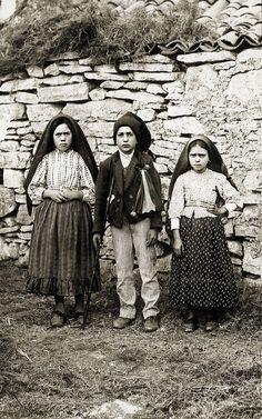 Los pastorcitos de Fátima, comenzando de izquierda a derecha Lucía dos Santos, y sus primos Francisco Marto, y Jacinta Marto (31-12-1916)