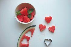 Melancia em formato de coração com hortelã para refrescar (e enfeitar) um chá-de-cozinha! Foto: Cutest Food Por: Bella Cabral