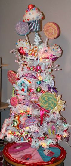 Our Styled Suburban Life: Annual Cupcake Tree! Candy Land Christmas, Christmas Trees For Kids, Candy Christmas Decorations, Whimsical Christmas, Christmas Tree Themes, Christmas Gingerbread, Holiday Tree, Pink Christmas, Beautiful Christmas
