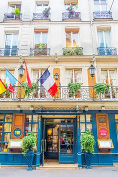 Explore the best neighborhoods in Paris and see all the iconic landmarks with these FREE Paris Walking Tours Maps!