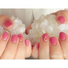 明るめのピンクもワンカラーにすると、大人でも挑戦しやすい。薬指だけリングネイルにした素敵なデザインは、他の指が抑え気味な分、デザインが映えます。