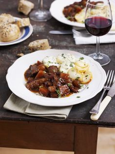 Il boeuf Bourguignon è uno stufato di manzo aromatizzato al vino della Borgogna tipico della cucina francese: ecco la ricetta.