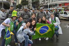 25/7 - Peregrinos brasileiros à caminho da praia de Copacabana, onde acontece primeiro encontro oficial do Papa com os jovens da JMJ.