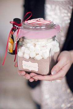 Great Homemade Christmas Presents! i love gifts in a jar! SO simple and effortless! awesome gift for a teacher i think! Noel Christmas, Christmas Goodies, All Things Christmas, Christmas Ideas, Christmas Presents For Friends, Christmas Decor, Christmas Neighbor, Christmas Favors, Cheap Christmas