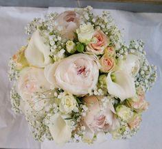 Bouquet de mariée rose pastel et blanc avec pivoines, arums, roses branchues, Gypsophile