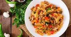 Ak máte chuť na rýchly abezmäsitý obed, vyskúšajte túto sviežu a ľahkú kombináciu. Ramen, Luigi, Fusilli, Ratatouille, Pasta Salad, Risotto, Healthy Recipes, Healthy Food, Ethnic Recipes