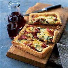 Het recept voor de bladerdeegtaart met courgette, paprika en mozzarella maakt zes porties. De maaltijd is makkelijk te maken en ziet er heerlijk uit.