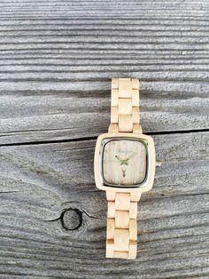 """""""Impression"""" Pionieruhr für """"Sie"""": Diese Holzuhr will mit ihrem hellen, strahlenden Ahornholz einen nachhaltigen, bleibenden Eindruck hinterlassen. Sie soll ihrem Träger helfen, die eigene Sinneswahrnehmung zu schärfen. Wood Watch, Austria, Watches, Design, Fashion, Accessories, Women's, Wooden Clock, Moda"""