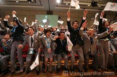 El primer ministro japonés celebra con los miembros de la delegación Tokio 2020 después de que el presidente de la IOC anunciara que la capital japonesa será la anfitriona de los Juegos Olímpicos de Verano de 2020, en la sesión del Comité Olímpico Internacional que se llevó a cabo en Buenos Aires (Argentina). (AFP/YAN WALTON/VANGUARDIA LIBERAL)
