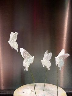How to Make a Sugarpaste Butterfly..wow http://sugarteachers.blogspot.com/2009/06/how-to-make-sugarpaste-butterfly.html