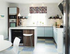 17 Annika, Vedum<br>Modernt retrokök<br>Ett kök som för tankarna till 50-talet. Luckorna har en turkos metalliceffekt som ger en modern twist. Kan även målas i andra färger mot ett tillägg. En skarvlös akrylsten ramar in köksön. Grepplister ger ett stilrent intryck.<br>Pris: 94 300 kronor för köket på bilden, exklusive vitvaror och bänkskiva.