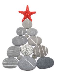 Sassi Dipinti - Pensando al Natale ... Christmas Art, Christmas Projects, All Things Christmas, Christmas Decorations, Beach Rocks, Rock Painting Designs, Sea Glass Art, Beach Crafts, Rock Crafts