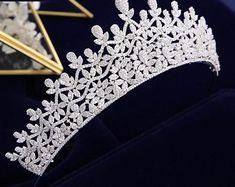 Diy Wedding Hair, Wedding Tiaras, Dream Wedding, Wedding Decor, Pageant Crowns, Tiaras And Crowns, Headpiece Jewelry, Hair Jewelry, Pretty Necklaces