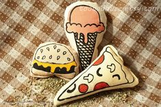 This listing is for 3 catnip toys: 1 pizza, 1 cheeseburger and 1 strawberry ice cream cone. You can also mix and match if youd like a different