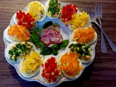 Jajka faszerowane, dekorowane Platter Board, Snack Platter, Appetizer Recipes, Salad Recipes, Salada Light, Wedding Appetizers, Food Platters, Deviled Eggs, Bruschetta