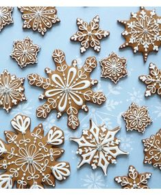 Christmas Cookies - Peggy Porschen class on Decorating snowflake cookies Christmas Biscuits, Christmas Sugar Cookies, Christmas Sweets, Christmas Cooking, Noel Christmas, Christmas Goodies, Holiday Cookies, Holiday Treats, Christmas Crafts