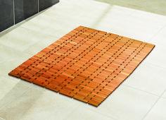 Badvorleger Holz aus Ullme in natur tranzparent lackiert. Klassische Holzbadematte mit abegrundeten Ecken.