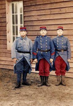 TRENCH COAT: Antes da introdução do trench coat usavam-se fatos brilhantes para a identificação dos parceiros de batalha, o que em consequência os tornava alvos mais fáceis para os inimigos. Durante a primeira guerra os soldados franceses (na fotografia) usavam calças vermelhas, porque para eles era desonroso usar camuflagem. Os britânicos adotaram o trench coat, que começou a andar de mãos dadas com a crença de que o pragmatismo era mais importante que a honra.