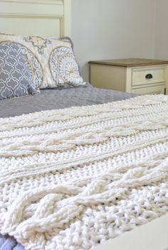 Chunky Cable Knit Decke in Irish Cream von CampKitschyKnits