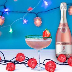 Barefoot Wine's Bubbly Pink Punch Cocktail has all of the ingredients for a festive time. Fresh strawberries and Bubbly Pink Moscato - what's not to like? Pink Moscato Champagne, Champagne Drinks, Cocktail Drinks, Pink Party Drinks, Fancy Drinks, Yummy Drinks, Baby Shower Afternoon Tea, Sweet And Sour Recipes, Sour Drink