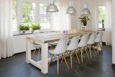 """Ruw Meubelen - Eettafel """"kader"""", gemaakt van sloophout met een hoogglans wit gelakt frame."""