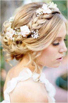 j'adore cette coiffure avec un coté couronne de fleur