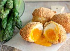 Uova impanate e fritte con asparagi