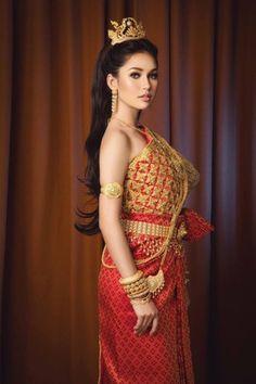 Different Cultures - WEDDINGS: Traditional Thai wedding costume! Cambodian Wedding Dress, Thai Wedding Dress, Laos Wedding, Khmer Wedding, Thai Traditional Dress, Traditional Outfits, Traditional Wedding, Thai Fashion, Women's Fashion