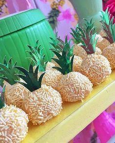 Que fofura a ideia do Abacaxi no brigadeiro gourmet ! Aloha Party, Moana Birthday Party, Hawaiian Birthday, Moana Party, Luau Birthday, Luau Party, Birthday Parties, Flamingo Party, Flamingo Birthday