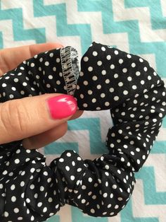 How To Make A Scrunchie - CraftsmumshipCraftsmumship Scrunchies, you remember them yes? They've been gone so long that I thought maybe some of you would like a refresher on how to make a scrunchie in case you find yourself needing to. Diy Hair Scrunchies, How To Make Scrunchies, Sewing Hacks, Sewing Crafts, Sewing Projects, Sewing Tutorials, Diy Crafts To Sell, Diy Crafts For Kids, Craft Shop