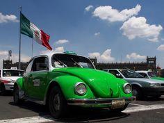 Le taxi vocho vert pomme est emblématique de la ville de Mexico, capitale du Mexique. Sur https://www.tripalbum.net