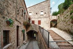 One-Bedroom Apartment in Scheggino I Scheggino One-Bedroom Apartment in Scheggino I offers pet-friendly accommodation in Scheggino, 44 km from Assisi. The unit is 8 km from Spoleto.  The unit is fitted with a kitchen. Towels and bed linen are provided in this apartment.