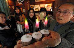 クリスマスに虹色の炎はいかが――。金沢市の小さな鉄工所の社長が開発した「レインボーキャンドル」が観光客のツイートをきっかけに話題を呼び、売り上げを3倍に伸ばしている。 金沢市寺町のみやげ屋「辰巳庵(…