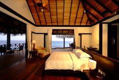 Gorgeous Bedroom and Balcony - Overlooking the sea...amazing.