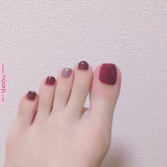 なお ❁さんはInstagramを利用しています:「* * フットネイル変えた Fancy Nails, Love Nails, Pretty Nails, Feet Nail Design, Neutral Nail Art, New Years Nail Art, Nail Polish Art, Feet Nails, Minimalist Nails