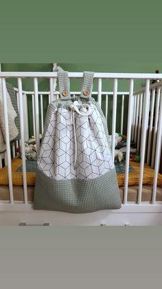 De boxzak is gemaakt van wafel stof en een printje, matchend bij het boxkleed. Ruim het speelgoed van je baby snel op door het in de boxzak te doen. Hij is gemakkelijk te bevestigen aan elke box. Afgewerkt met mooie houten knopen of naar wens helemaal zelf samen te stellen! Baby Bundles, Bag Patterns To Sew, Box Bag, Baby Art, Baby Room Decor, Baby Accessories, Handmade Toys, Kids And Parenting, Baby Items