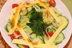 Jutta hat Bilder für uns vom veganen Stammtisch im Gepäck. Gestartet wurde der Abend mit einem italienischen Salat: Kopfsalat, Gurken, Tomaten, feine Zwiebelringe, gehackter frischer Dill, Wilmersburger Scheiben in Steifen geschnitten und ein Öl-Essig-Dressing drüber.