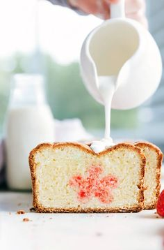 Cut into this delicious butter pound cake to find a surprise strawberry cake flower.The perfect dessert for Mother's Day! Sweet Recipes, Cake Recipes, Dessert Recipes, Brunch Recipes, Butter Pound Cake, Pound Cakes, Easter Cake Easy, Cinnamon Banana Bread, Pound Cake With Strawberries